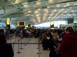 Aéroport d'Heathrow : la queue du guichet E