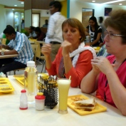 Ici, la plupart mange avec les mains. Néanmoins des couverts sont à la disposition de tous.