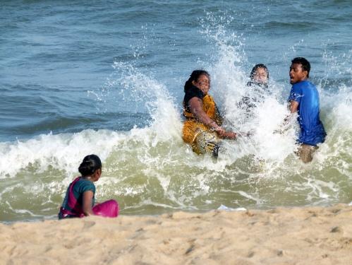 Bain en famille dans le golfe du Bengale sur Neelankari beach
