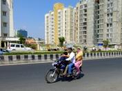 Trois ou quatre sur une moto est monnaie courante. Si le casque est vivement conseillé par les autorités, mais quand il est porté c'est uniquement par le conducteur.