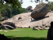 Contrairement à ce qu'on peut imaginer, ce n'est pas une pierre posée sur le sol, mais le résultat de l'érosion: la boule et le sol sont solidaires.