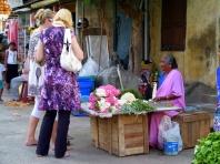 achat de fleurs avant de pénétrer dans le Temple