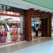 "Un magasin de ""soirie"" de la galerie marchande"