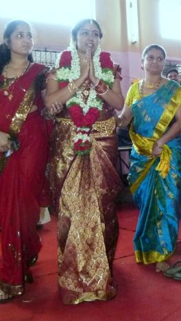 La mariée ayant changé de sari, la cérémonie entame sa deuxième phase