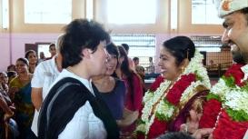 Les collègues félicitent les jeunes époux