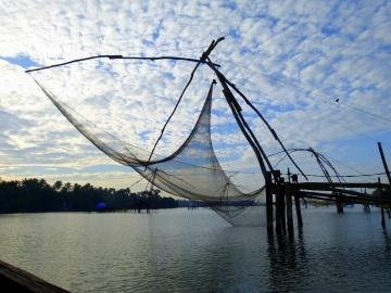 Les filets de pêche chinois commencent leurs révérences et plongent tour à tour sans abîmer le miroir des eaux.