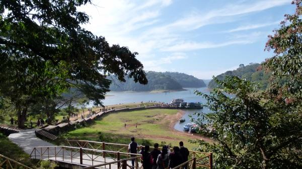 Le lac Periyar s'étend dur 26 km². Il est la conséquence de la construction en 1895 du barrage de Mullaperiyar.
