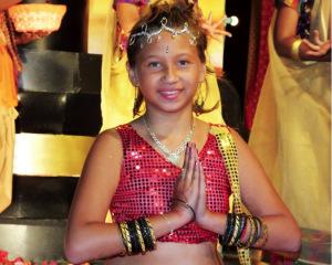 Une jeune réunionnaise métissée pendant la parade du Deepavali