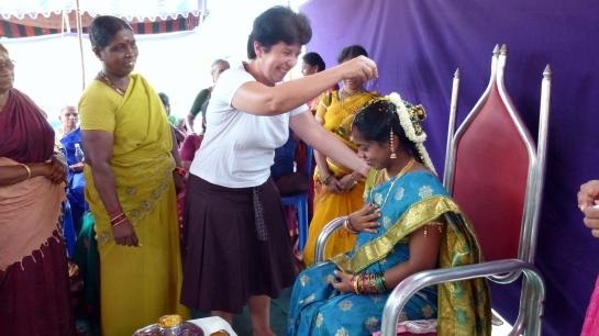Nous nous sommes pliés avec grâce au rituel de Valaikappu